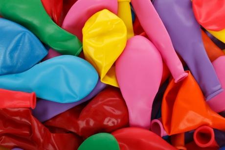 balões de látex coloridos